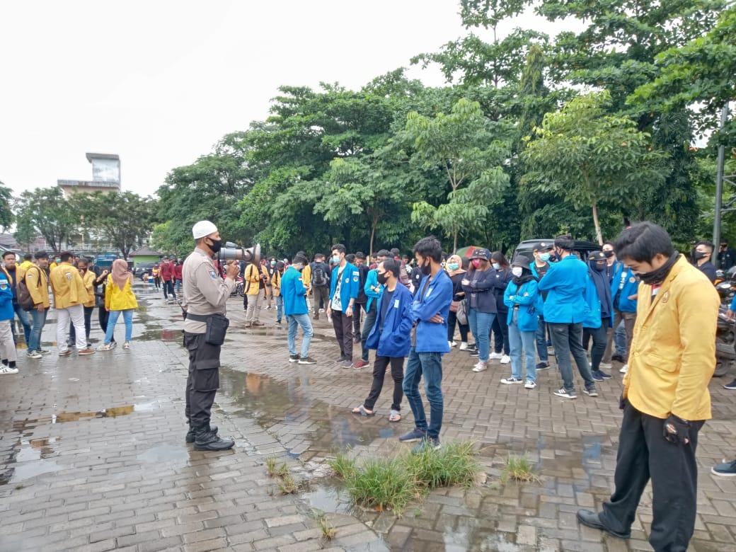 Massa aksi unjuk rasa sususlan tolak UU Cipta Kerja (Omnibus Law)1