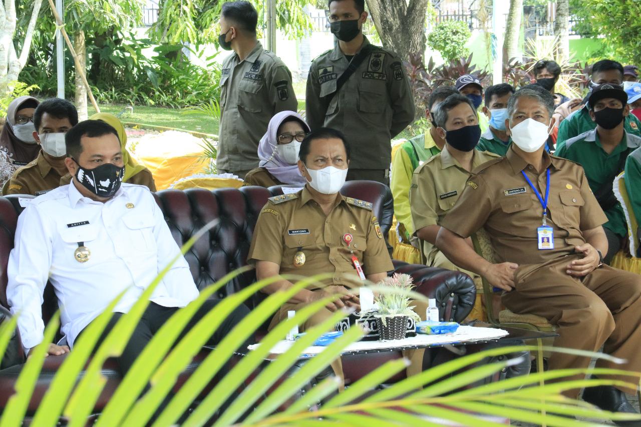 Pemko Banjarbaru memberikan hadiah dan apreasiasi sebagai bentuk kepedulian dan rasa terima kasih atas jasa-jasa para Pekerja Taman Disperkim Kota Banjarbaru