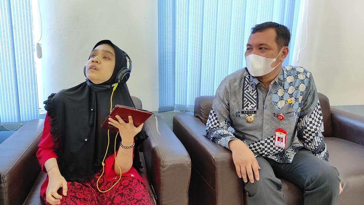 Walikota Banjarbaru Aditya Mufti Arifin bercengkrama dengan salah satu penyandang disabilitas